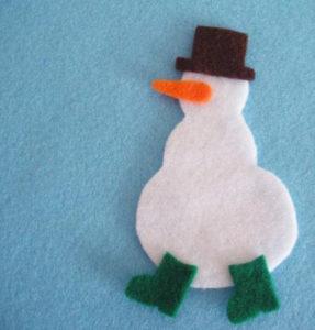 Игрушка на ёлку своими руками. Снеговик из фетра (5)
