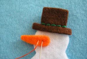 Игрушка на ёлку своими руками. Снеговик из фетра (7)