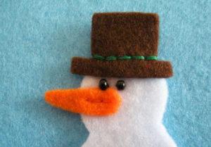 Игрушка на ёлку своими руками. Снеговик из фетра (9)