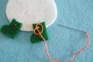 Игрушка на ёлку своими руками. Снеговик из фетра (10)