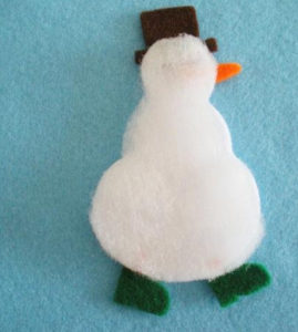 Игрушка на ёлку своими руками. Снеговик из фетра (6)