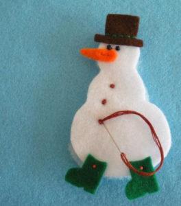 Игрушка на ёлку своими руками. Снеговик из фетра (11)