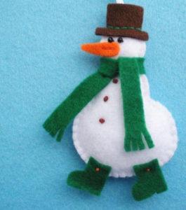 Игрушка на ёлку своими руками. Снеговик из фетра (12)