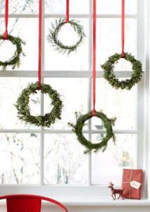 Декорации окон. Новогодние игрушки на окна (10)
