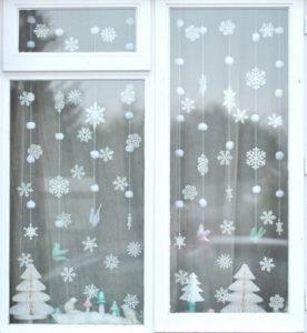 Декорации окон. Новогодние игрушки на окна (12)