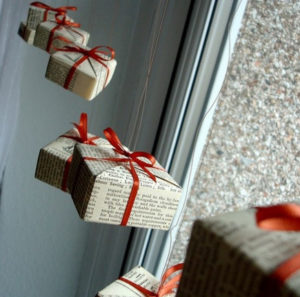 Декорации окон. Новогодние игрушки на окна (15)