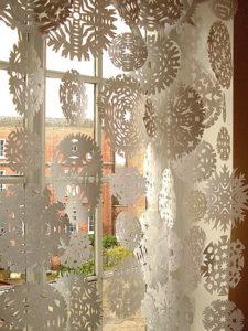 Декорации окон. Новогодние игрушки на окна (2)