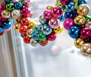 Декорации окон. Новогодние игрушки на окна (4)
