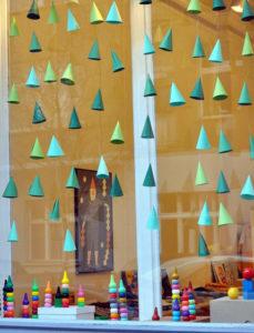 Декорации окон. Новогодние игрушки на окна (7)