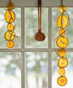 Декорации окон. Новогодние игрушки на окна (8)