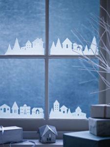 Декорации окон. Новогодние игрушки на окна (9)