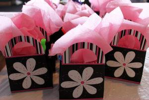 Идеи упаковки подарков. Как красиво подарить игрушку (48)