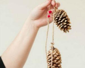 Игрушки на елку своими руками 2016. Что сделать из шишек на Новый год (25)