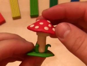 Лепка игрушек из пластилина. Мухомор своими руками (10)
