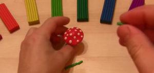 Лепка игрушек из пластилина. Мухомор своими руками (2)