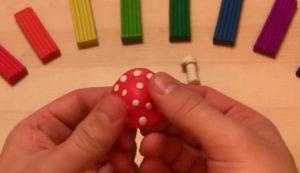 Лепка игрушек из пластилина. Мухомор своими руками (31)
