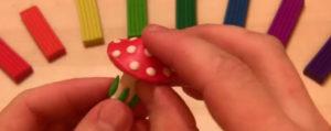 Лепка игрушек из пластилина. Мухомор своими руками (7)