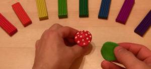 Лепка игрушек из пластилина. Мухомор своими руками (9)