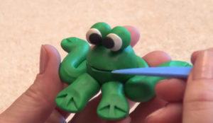 Лепка игрушек из пластилина. Сделать лягушку своими руками (18)