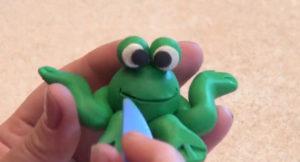 Лепка игрушек из пластилина. Сделать лягушку своими руками (19)