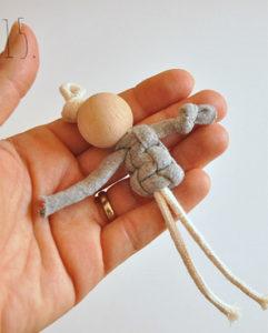 Маленькие куколки для девочек. Плетение из веревки своими руками (16)