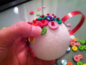 Новогодние идеи своими руками мастер класс. Игрушки из пуговиц (3)