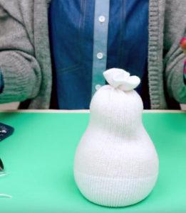 Игрушка снеговик из носка (1)