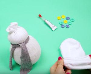 Игрушка снеговик из носка (11)