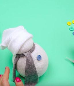 Игрушка снеговик из носка (15)