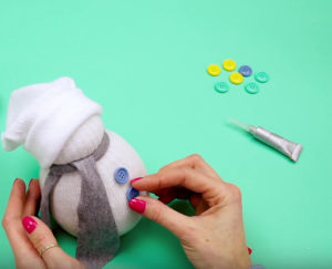 Игрушка снеговик из носка (17)