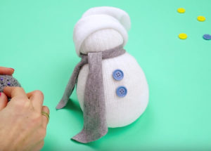 Игрушка снеговик из носка (18)