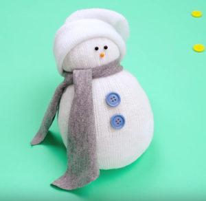 Игрушка снеговик из носка (20)