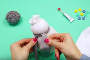 Игрушка снеговик из носка (8)