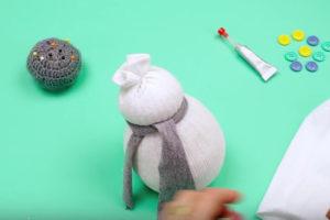 Игрушка снеговик из носка (9)