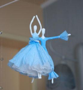 Как сделать подарок на 8 марта. Куклы из бумаги своими руками (18)