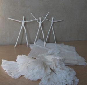 Как сделать подарок на 8 марта. Куклы из бумаги своими руками (4)