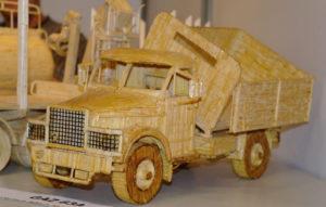 Подарки мальчикам на 23 февраля. Как сделать машину из дерева (12)