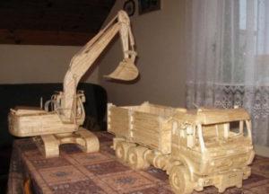 Подарки мальчикам на 23 февраля. Как сделать машину из дерева (13)