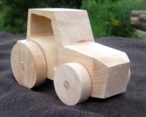 Подарки мальчикам на 23 февраля. Как сделать машину из дерева (5)