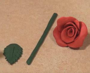 Подарок маме на 8 марта своими руками. Роза из пластилина (12)