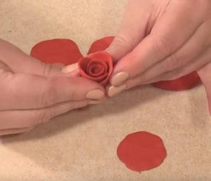 Подарок маме на 8 марта своими руками. Роза из пластилина (23)