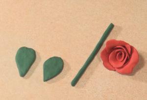 Подарок маме на 8 марта своими руками. Роза из пластилина (7)