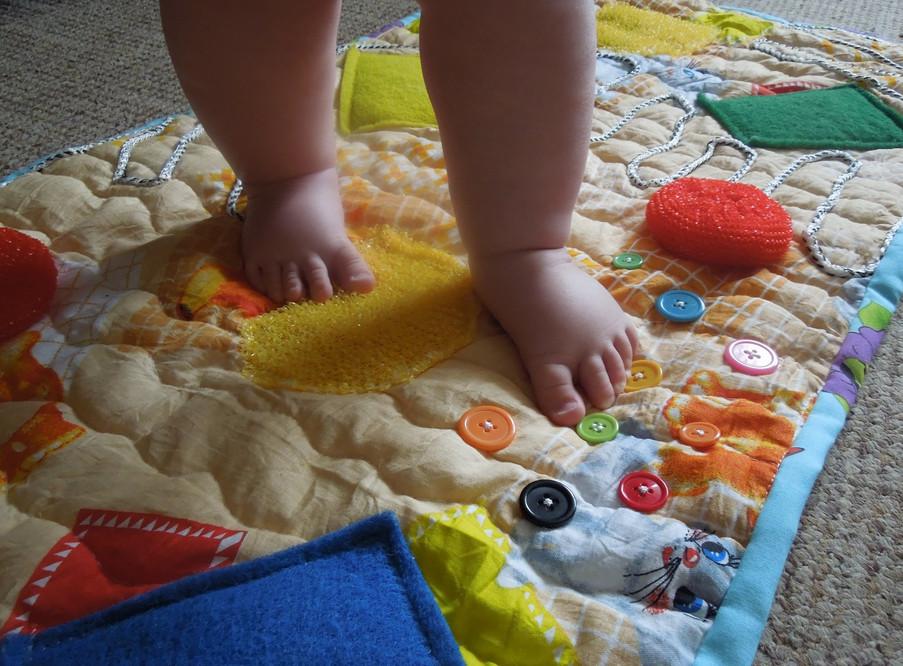 Развивающие игрушки своими руками для малышей до 1 года