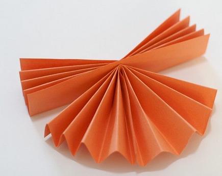 Какие поделки можно сделать вместе с детьми из бумаги сложенной гармошкой?