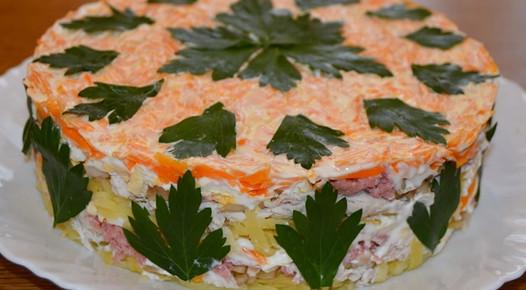 Интересный салат «Своя изюминка»: озадачьте гостей...