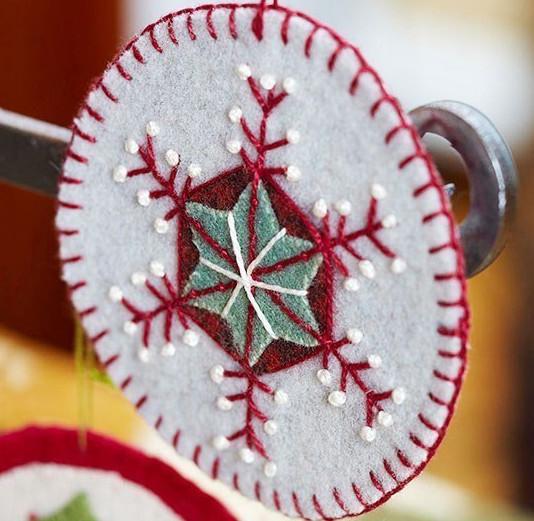Самые очаровательные рождественские игрушки из фетра своими руками...