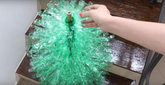 Увидела у подруги дома необычную елку, думала, это дизайнерская вещь… Оказывается, она смастерила ее сама!