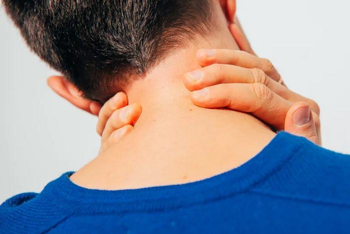 Боль в шее сзади: причины, методы лечения в домашних условиях